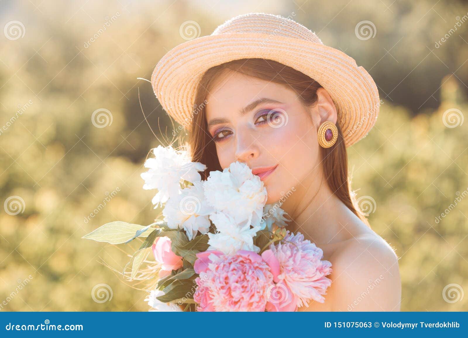Verano caliente Terapia natural de la belleza y del balneario Muchacha del verano con el pelo largo Mujer del resorte Primavera y