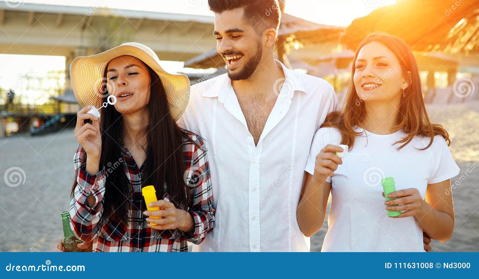 Verano, días de fiesta, vacaciones y concepto de la felicidad