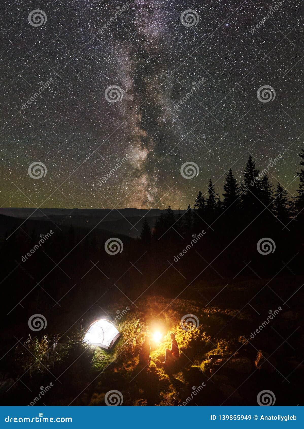 Verano de la noche que acampa en las montañas debajo del cielo estrellado de la noche
