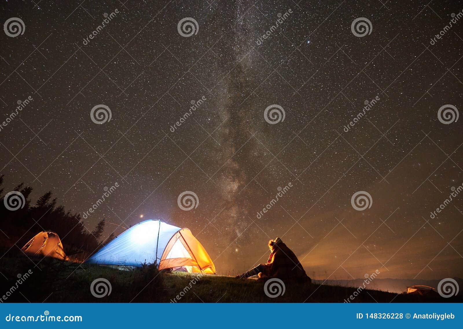 Verano de la noche que acampa en las monta?as debajo del cielo estrellado de la noche