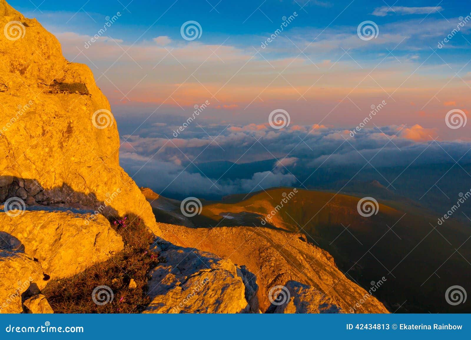 Verano de la puesta del sol de la montaña