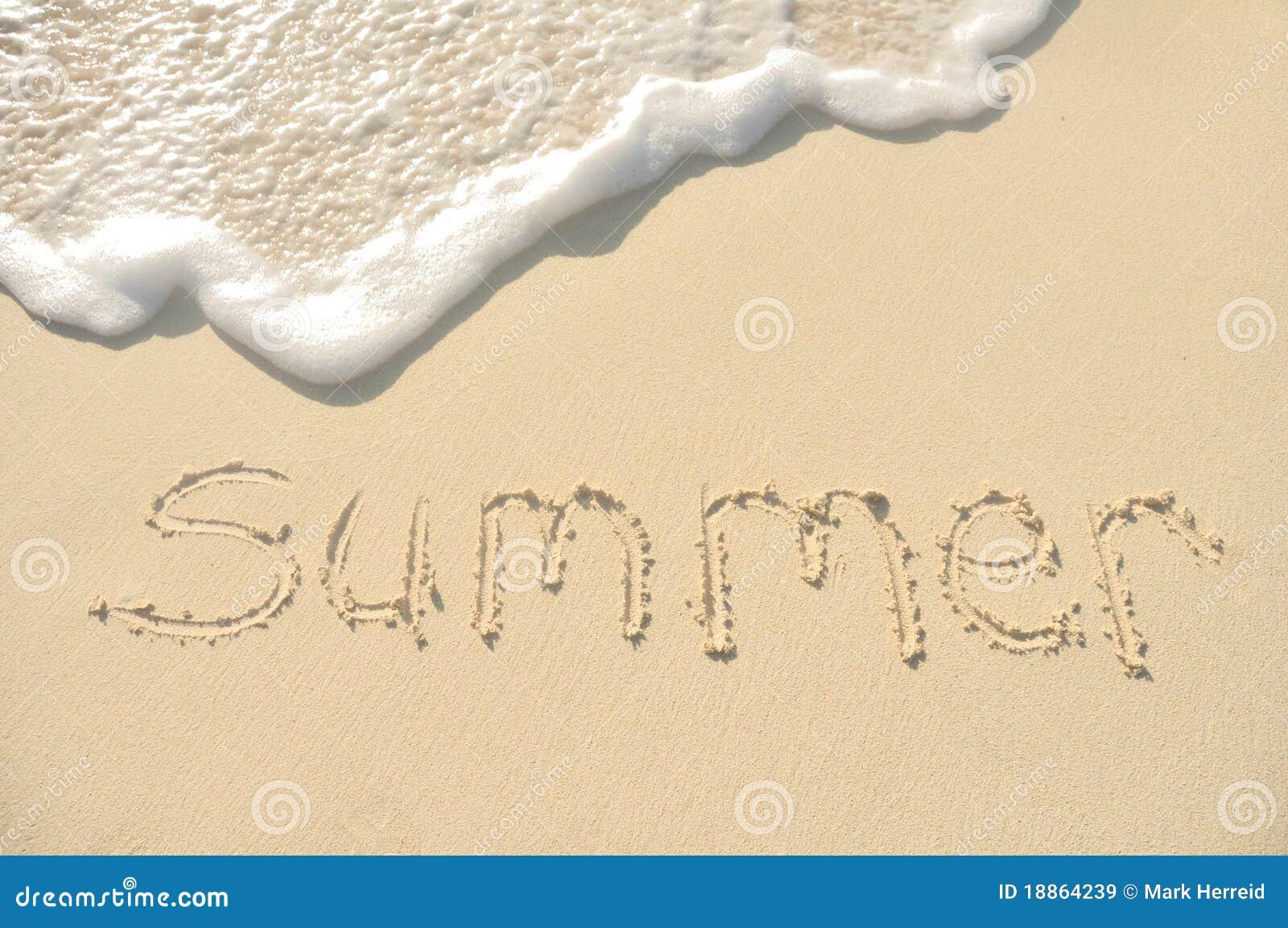 Verano escrito en arena en la playa