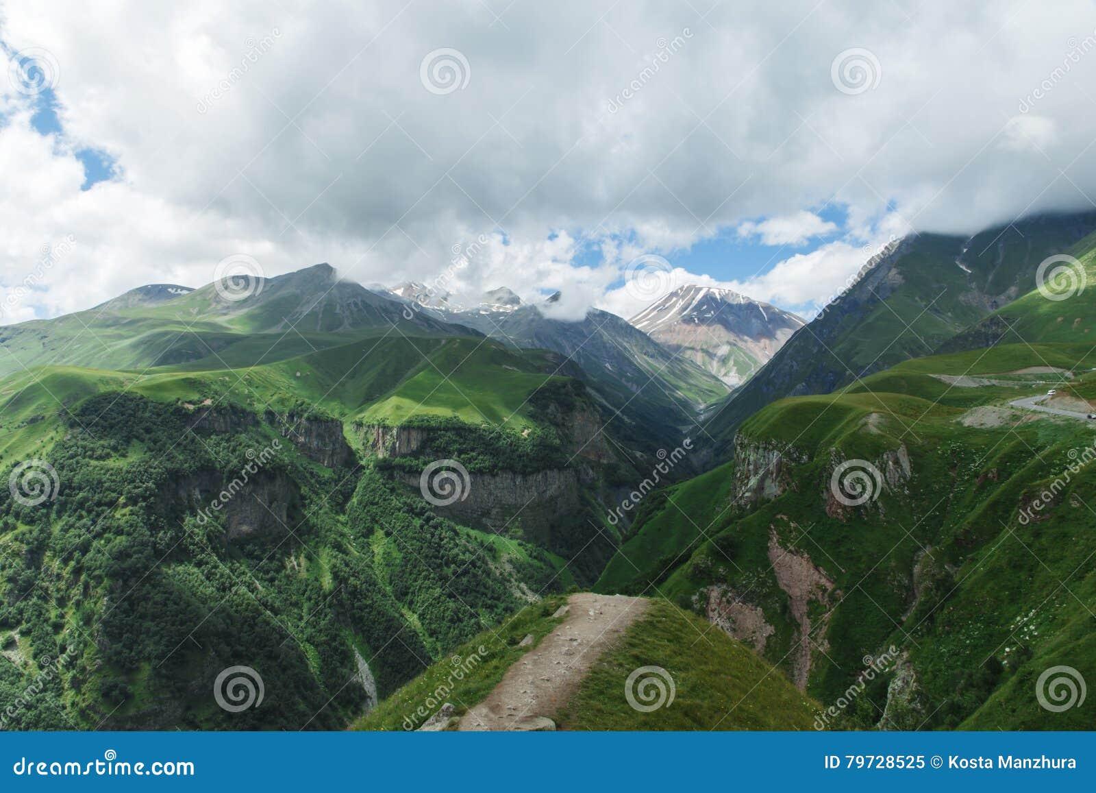 Verano hermoso Kazbegi del paisaje de la naturaleza de la montaña de Georgia