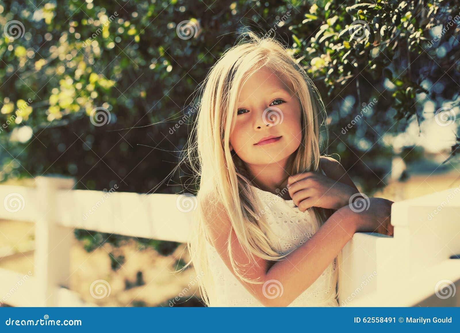 Verano rubio Sun de la muchacha