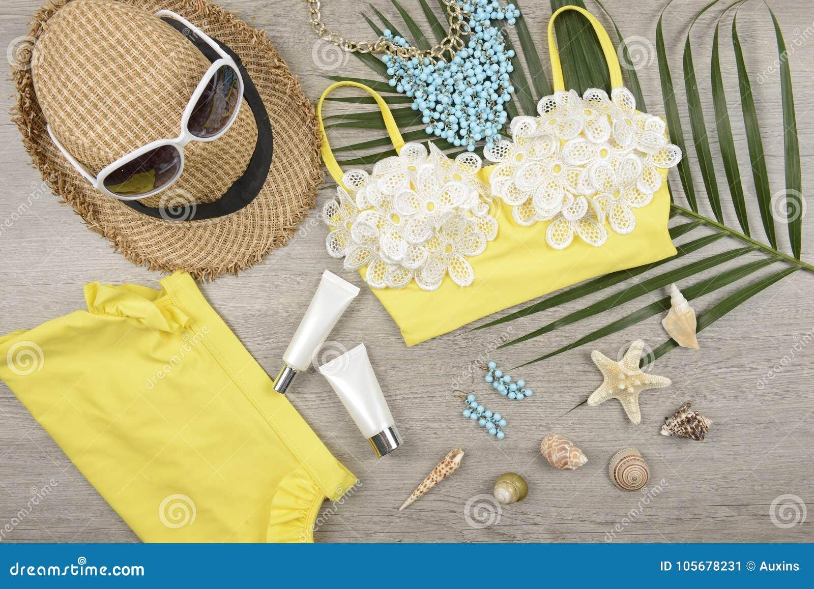 Verano y protección solar, producto de los cosméticos de la belleza para el cuidado de piel y accesorios de las mujeres en el con