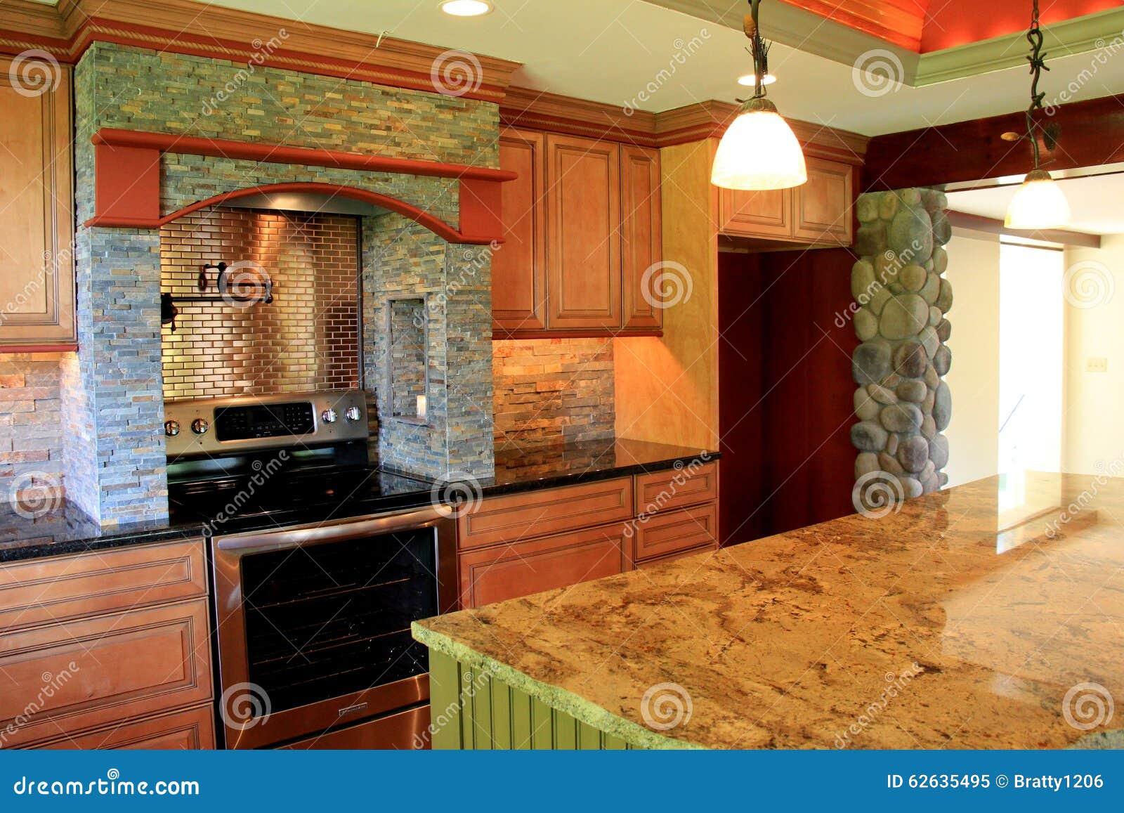 Verbazend detail in vakmanschap en ontwerp van luxekeuken van huis ...