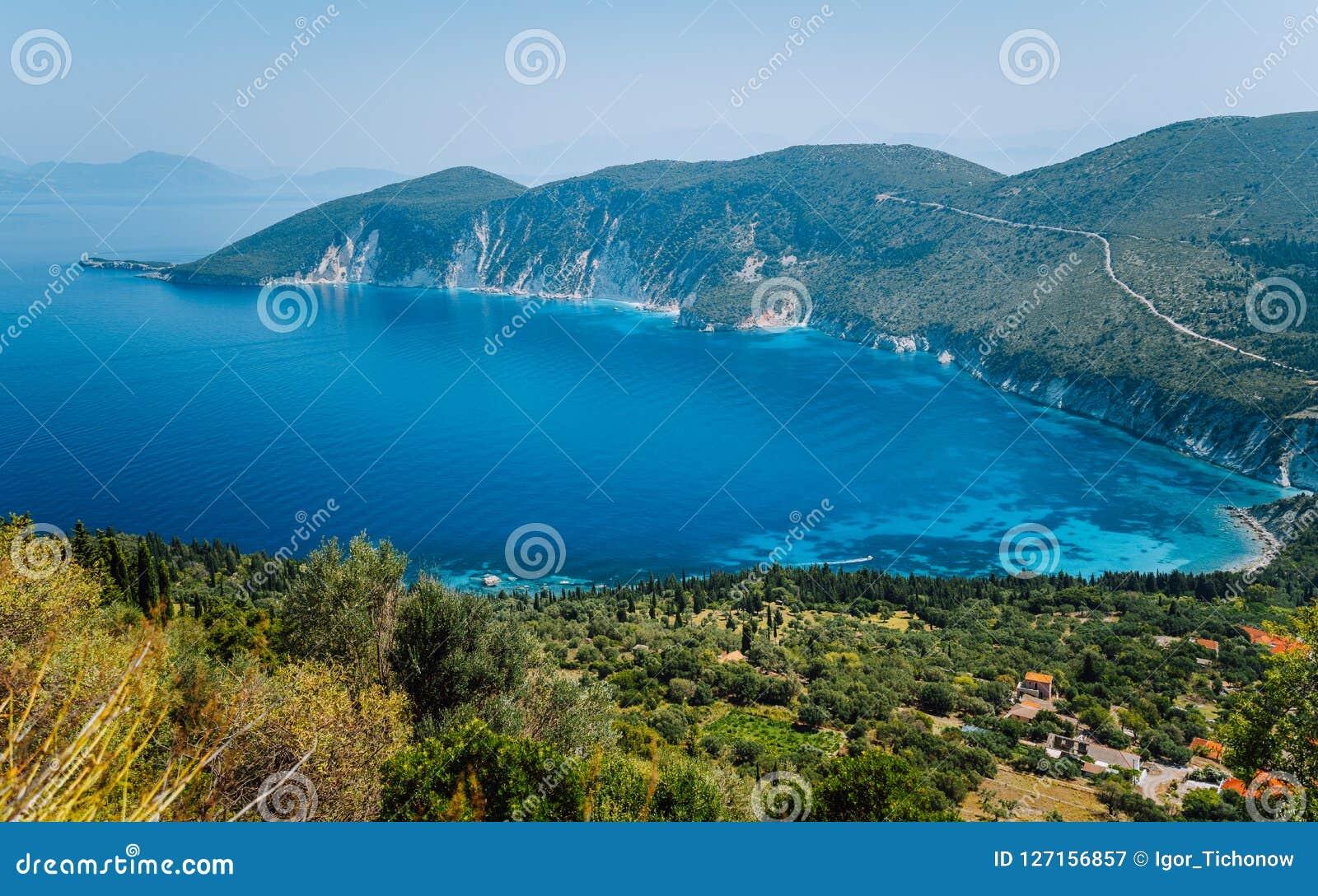 Verbazend landschap van mediterraan eiland De vakantie van de zomer Griekenland, eiland ithaki-Mening van de schilderachtige baai