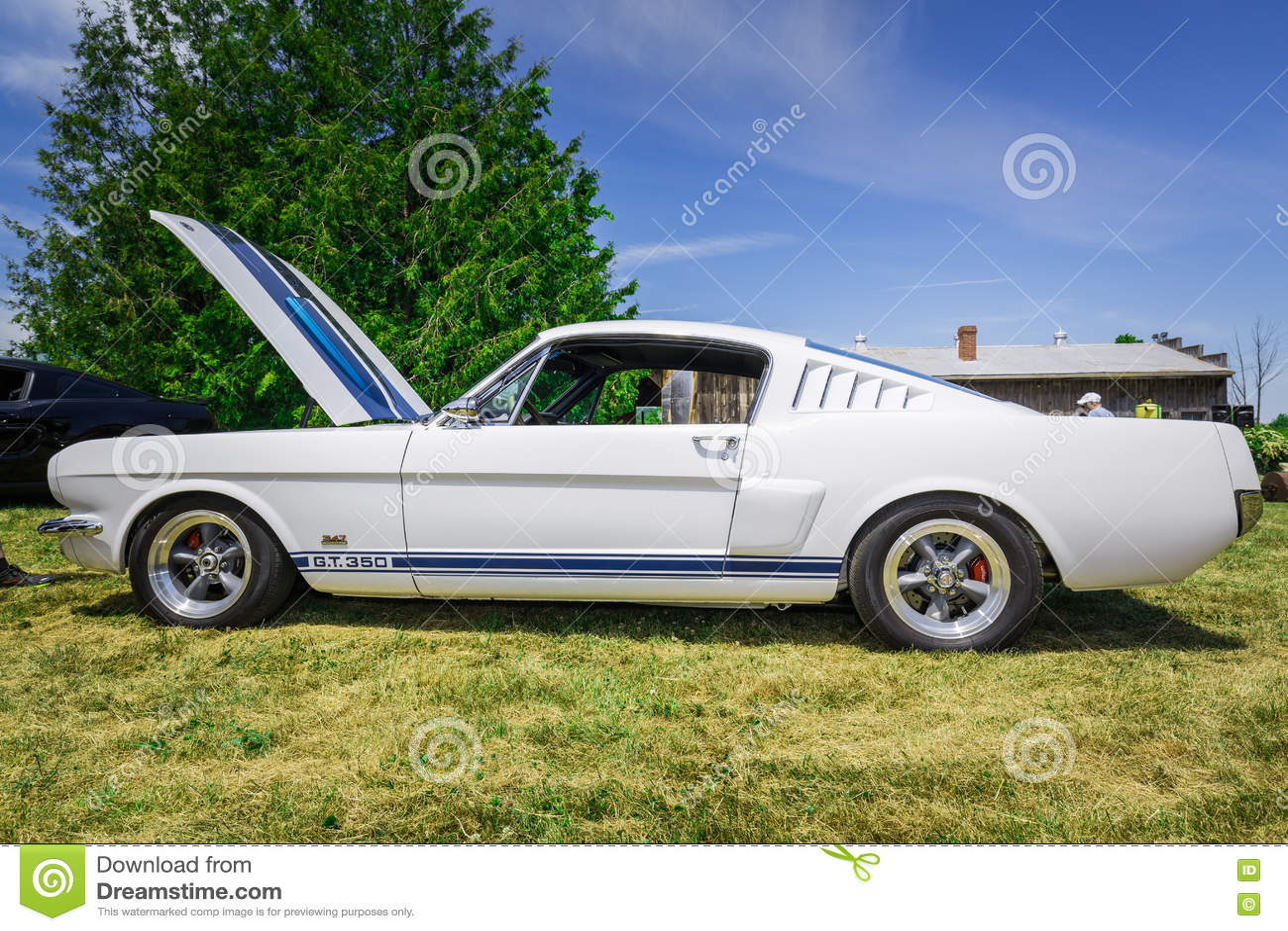 Verbazend schitterend zijaanzicht van klassieke uitstekende sportwagen met open kap