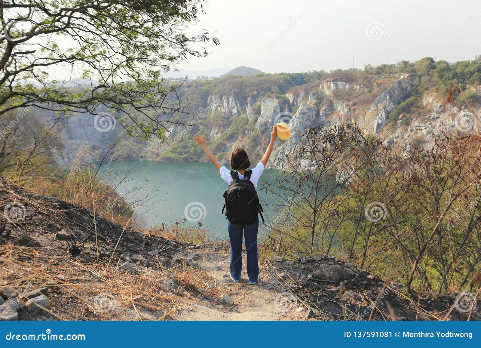 Verbazend Thailand, Aziatische meisjesreiziger met rugzak die en zich op bergen van grote canionchonburi genieten van bevinden