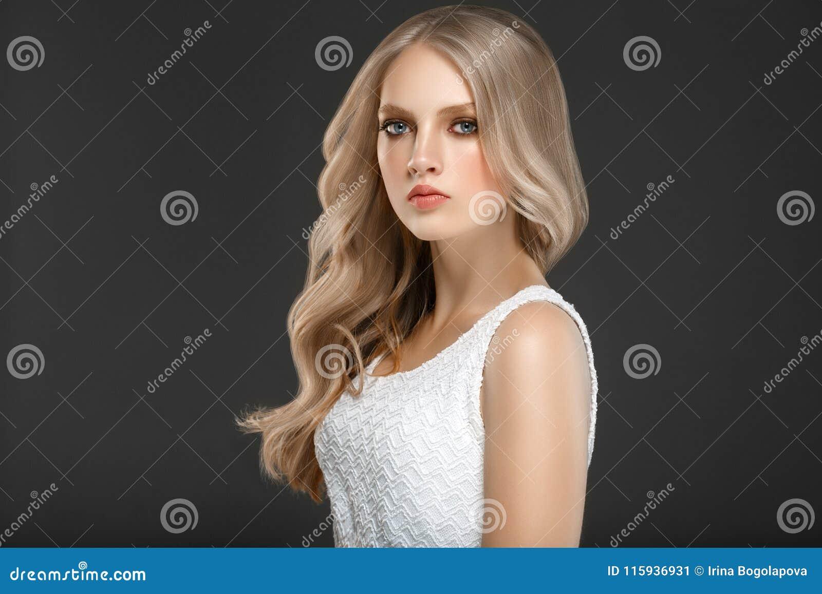 Verbazend vrouwenportret Mooi meisje met lang golvend haar Blon