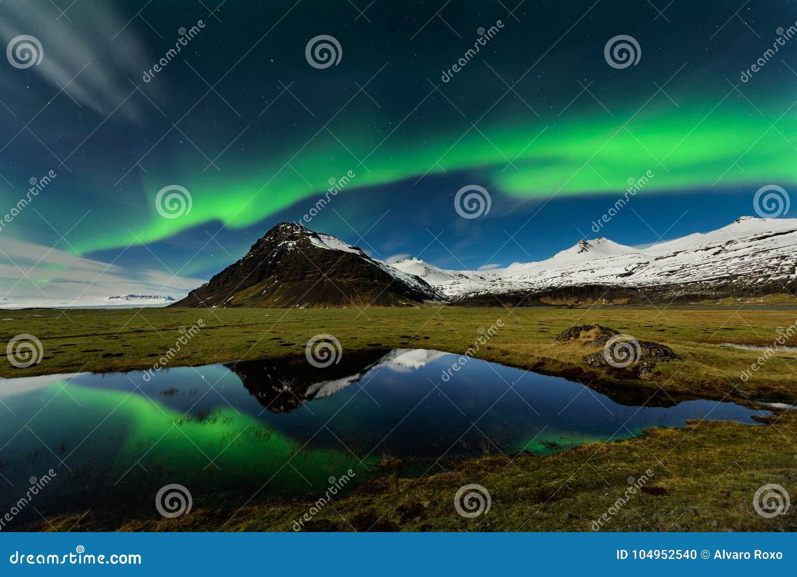 Verbazende Aurora Borealis in de hemel van IJsland