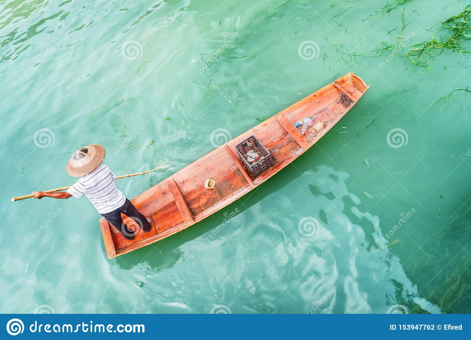 Verbazende hoogste mening die van Aziatische boatman afval van rivier vangen