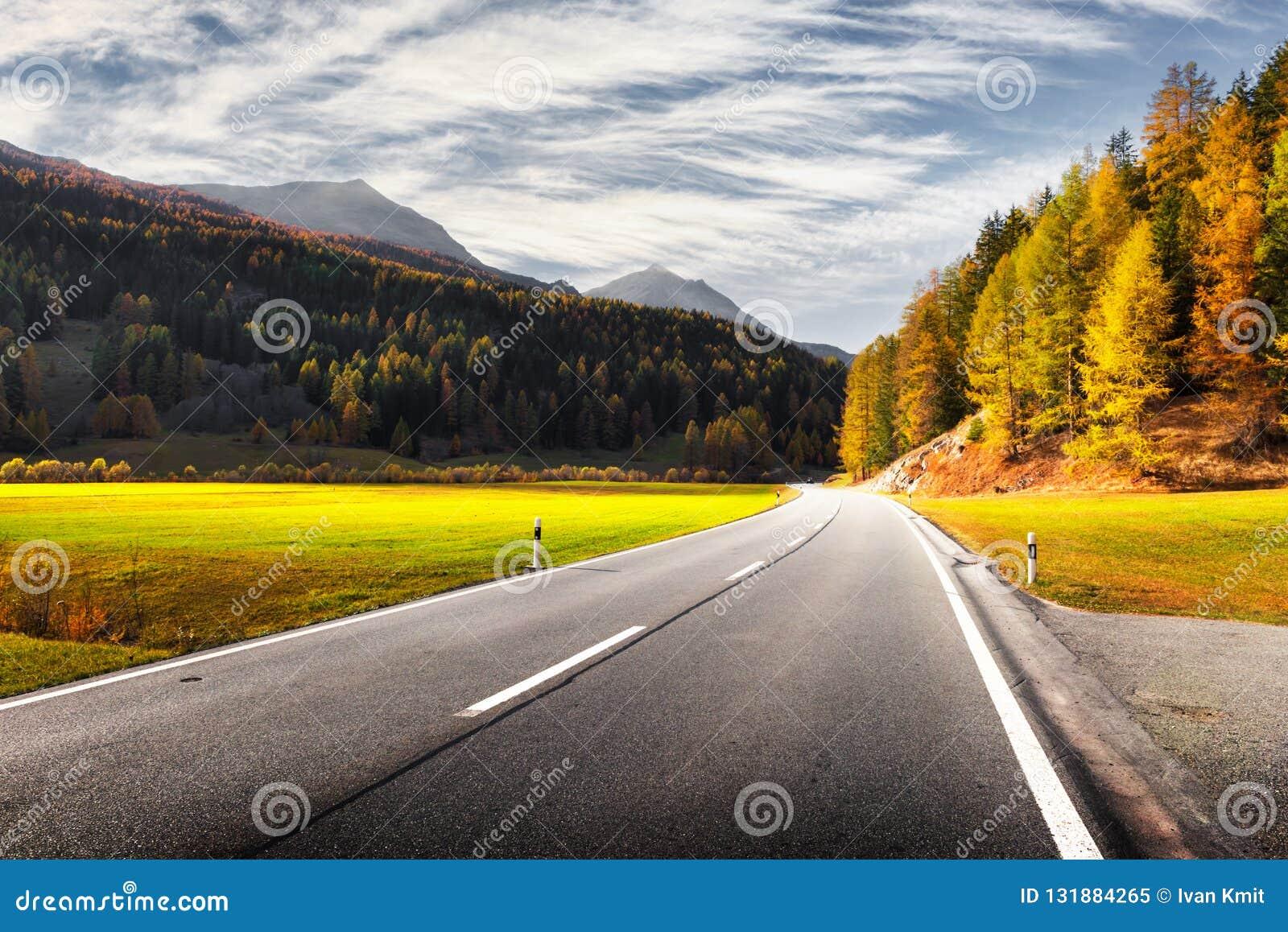 Verbazende mening van alpiene weg, oranje lariksbos en hooggebergte