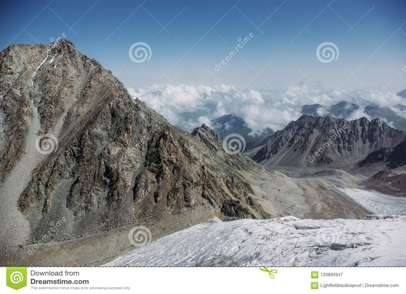 Verbazende mening van bergenlandschap met sneeuw, Russische Federatie, de Kaukasus,