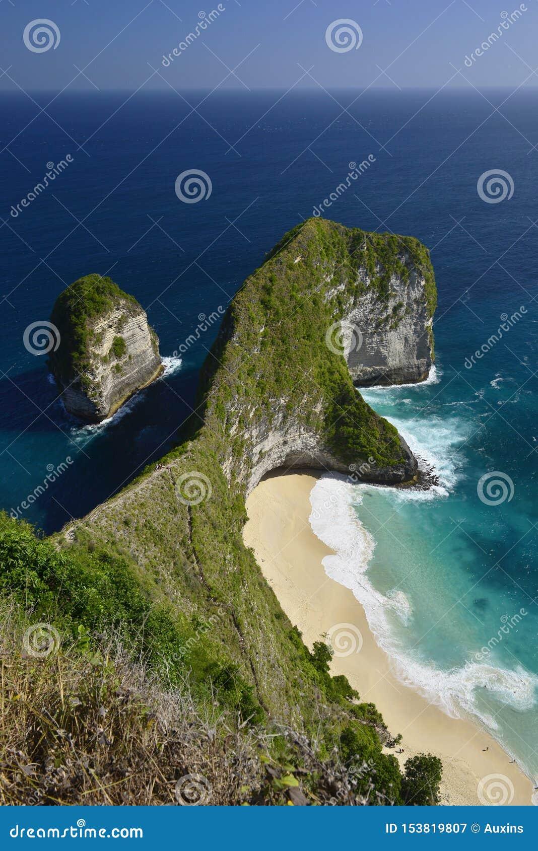 Verbazende Prachtige kust luchtdiemening van strand in Nusa Penida, zuidoosten wordt gevestigd van het Eiland van Bali, Indonesi?