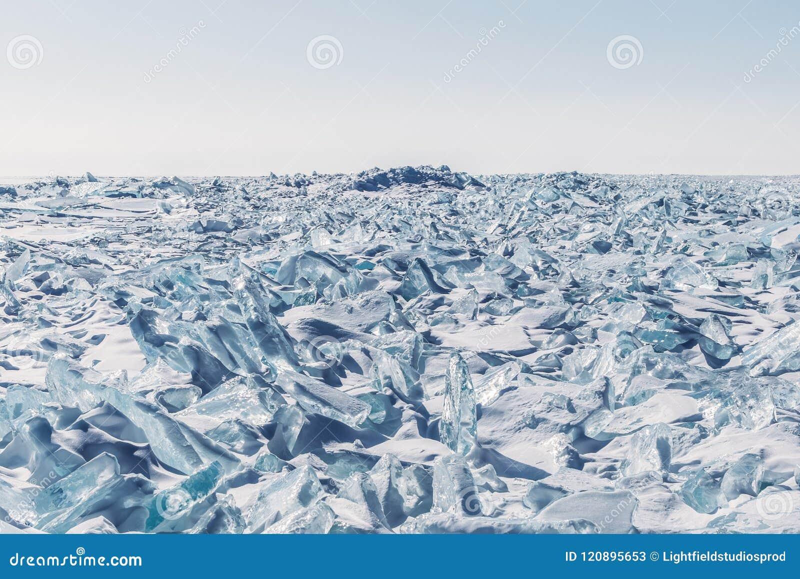 Verbazende toneelmening met ijs en sneeuw op bevroren meer Baikal,