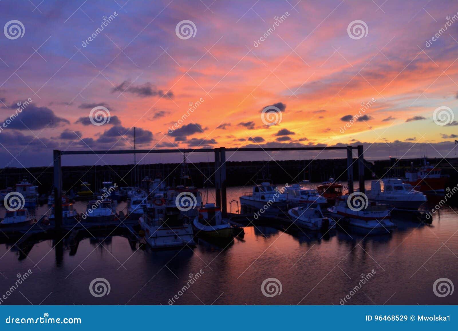 Verbazende zonsondergang met de schepen