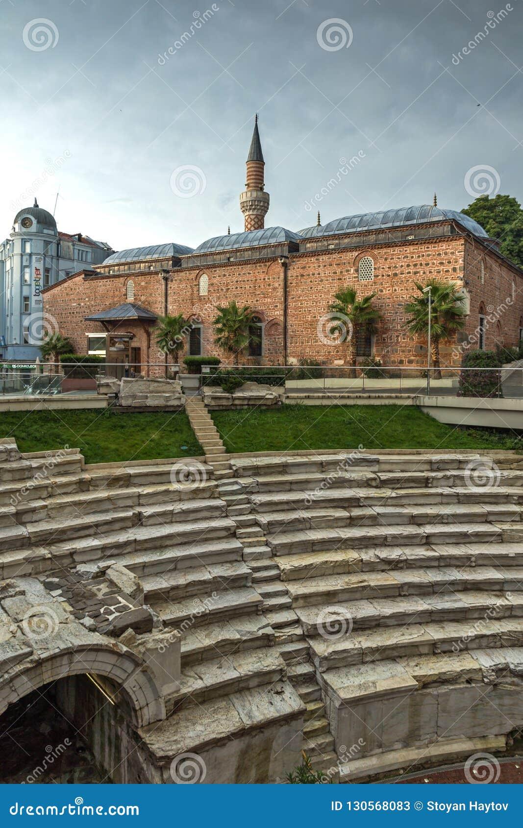 Verbazende zonsondergangmening van Dzhumaya-Moskee en Roman stadion in stad van Plovdiv, Bulgarije