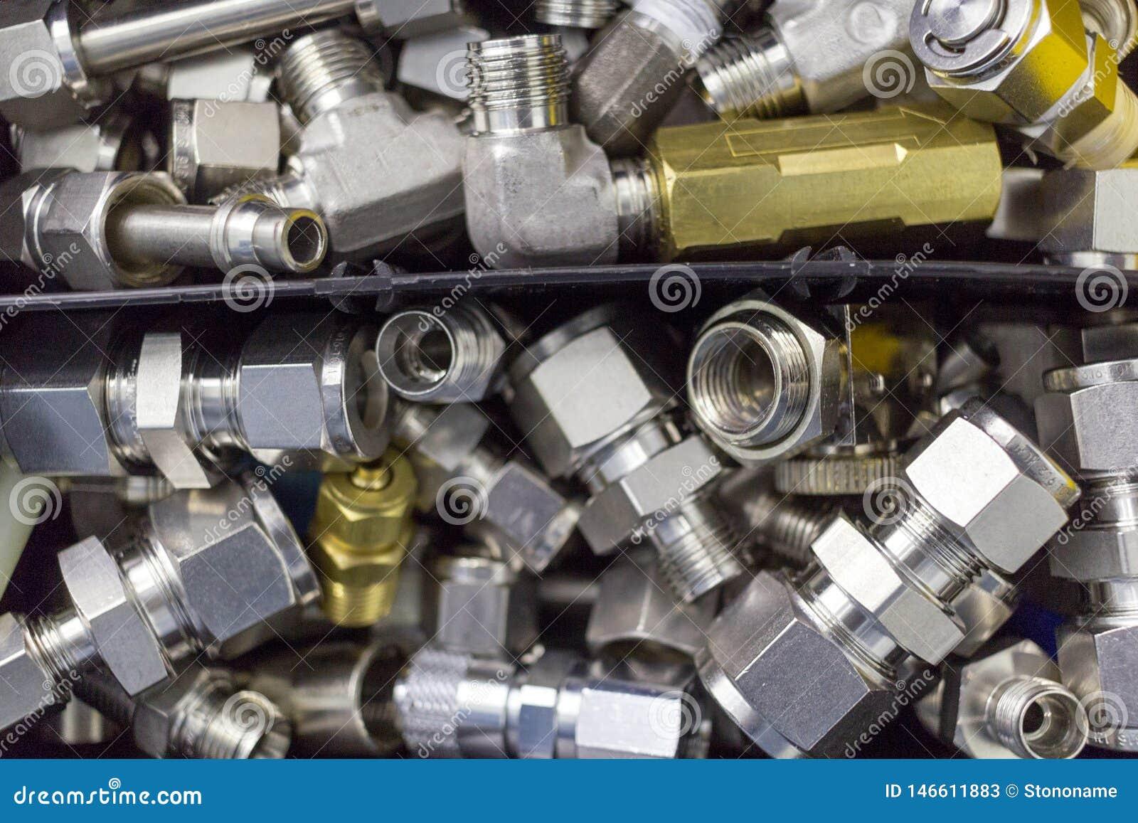 Verbind snel montagekoppeling voor samengeperste lucht, hydraulica, pneumatiek, gassen, liggen de brandstoffen in een chaotische