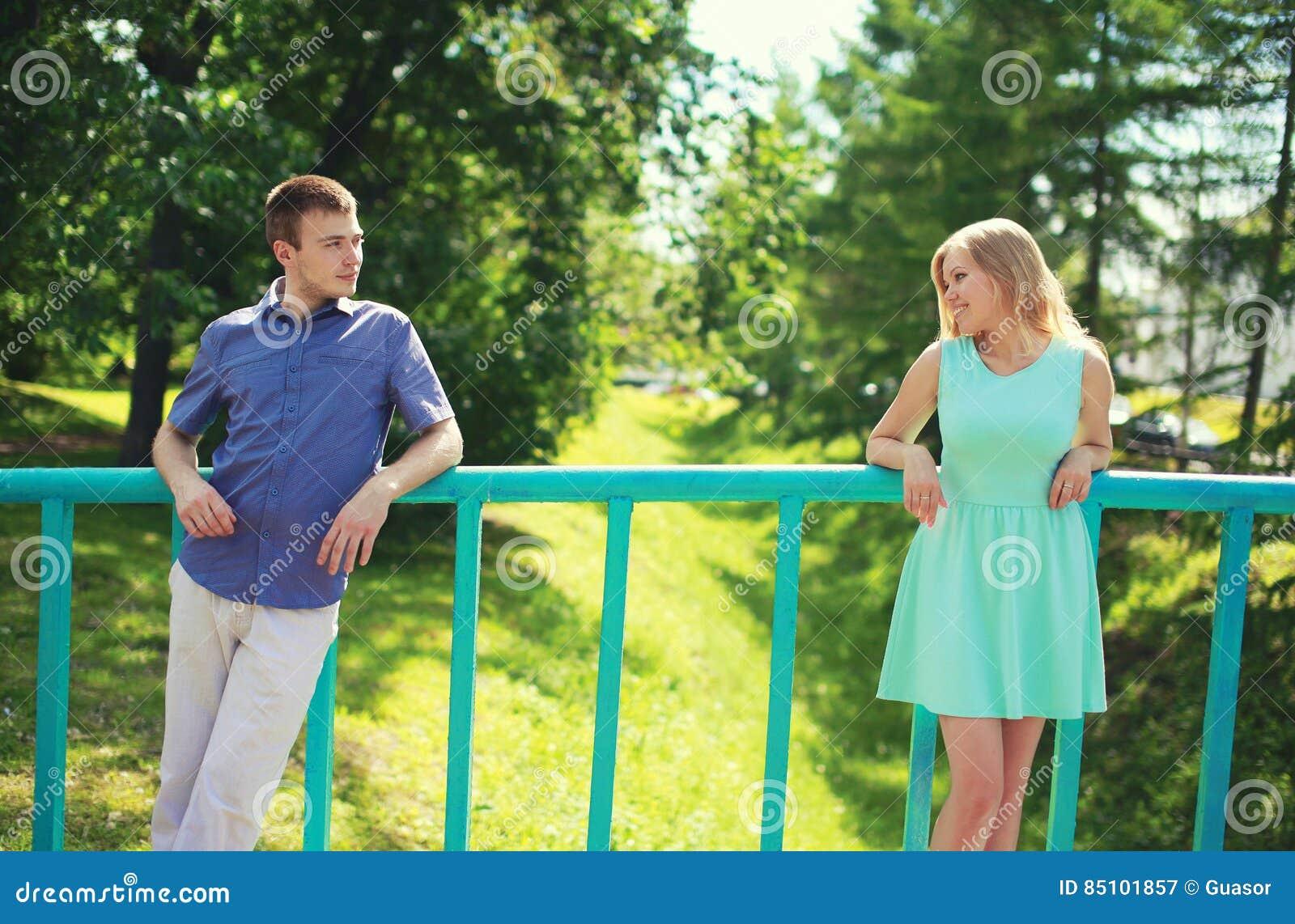 Verbinden Sie das Betrachten einander auf dem Abstand - Liebe, Verhältnisse, Datierung und Flirt