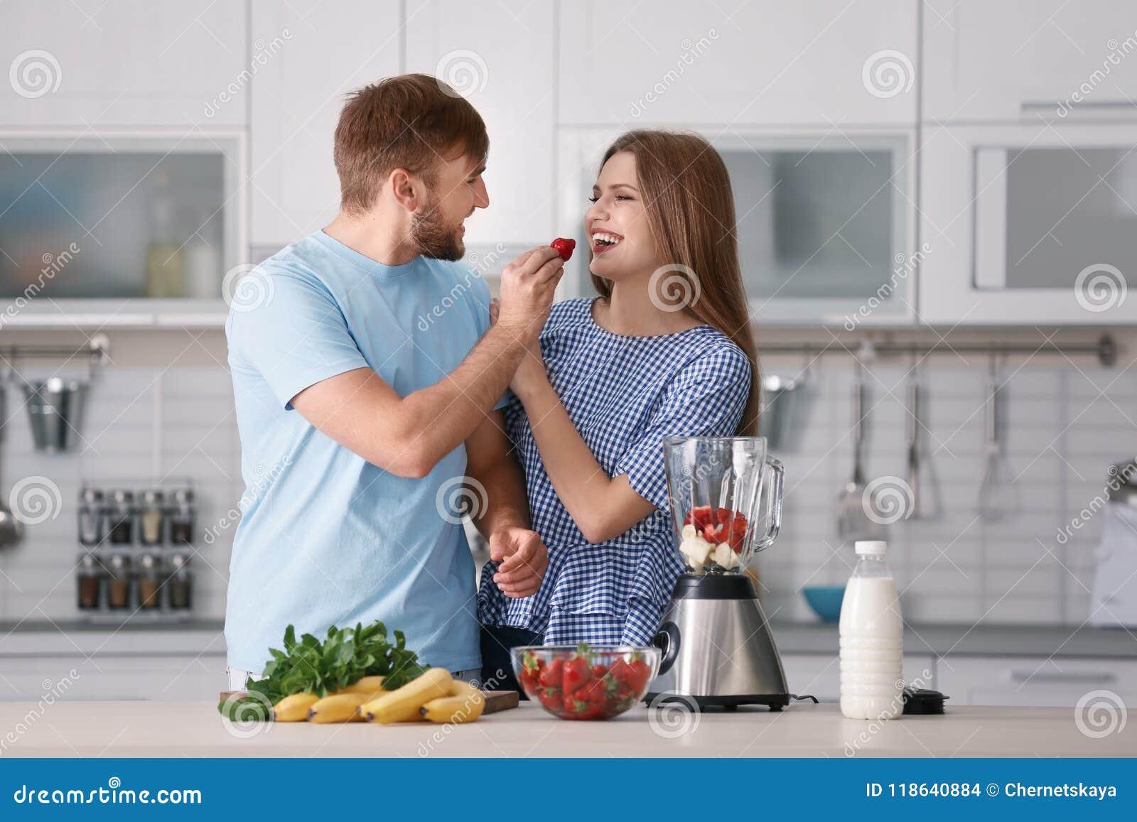 Verbinden Sie das Essen von Erdbeeren bei der Zubereitung des köstlichen Milchshakes in der Küche