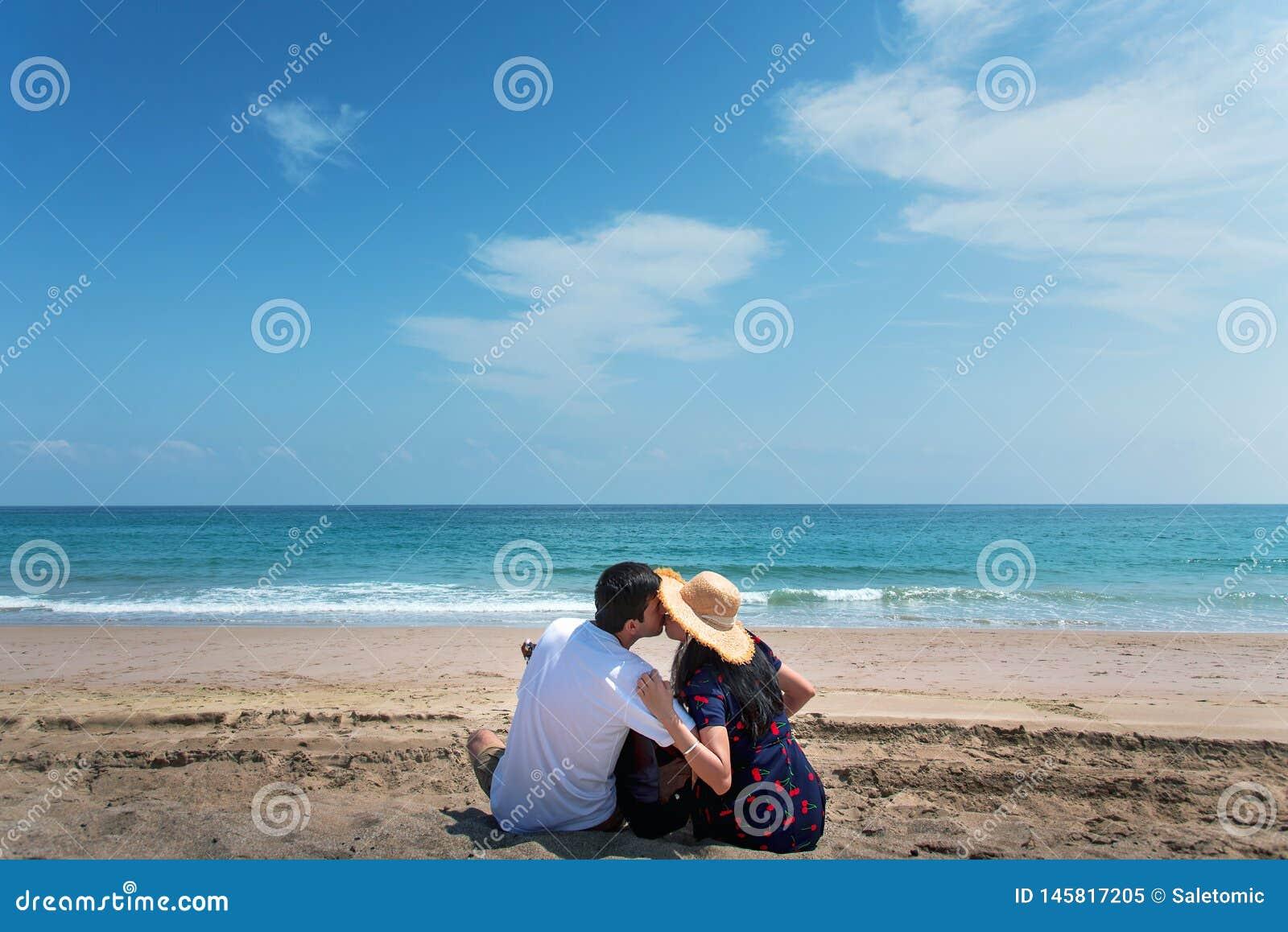Verbinden Sie das Verbringen von Zeit auf dem Strand mit einer Gitarre