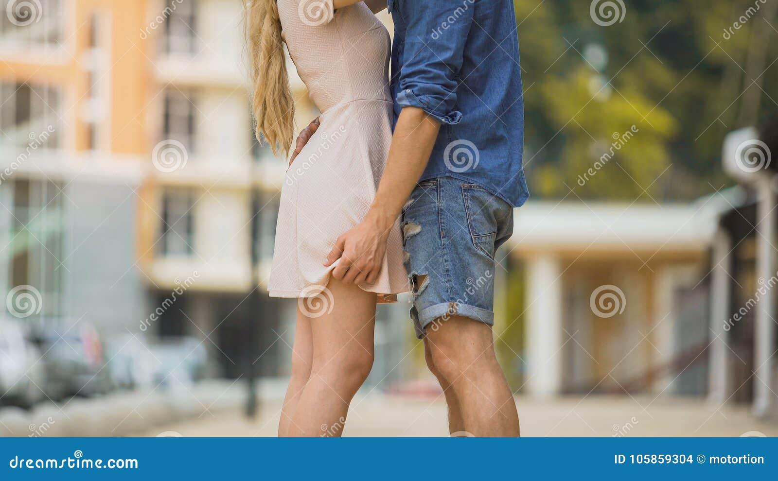 Verbinden Sie in der Stadtstraße, zartes Verhältnis, safer Sex leidenschaftlich umfassen