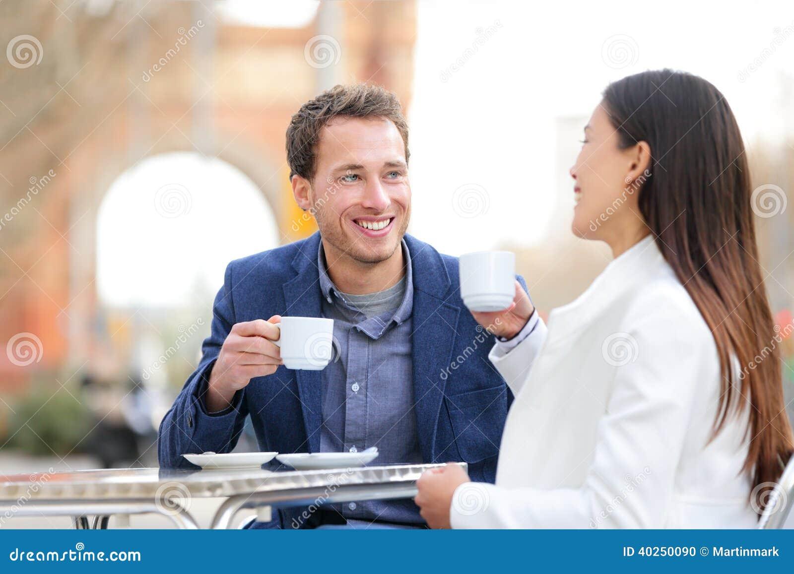 Verbinden Sie die Datierung, die Kaffee am Café, Barcelona trinkt