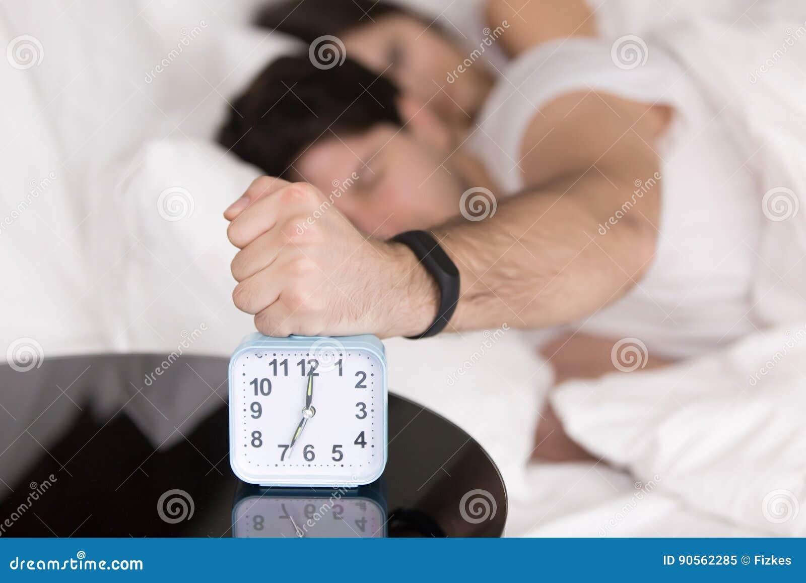 Verbinden Sie früh aufwachen, der Kerl, der weg Belästigungswecker dreht