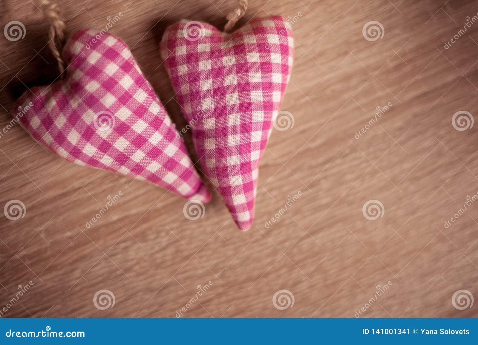 Verbinden Sie Spielwaren mit Leinentextilroten Herzen
