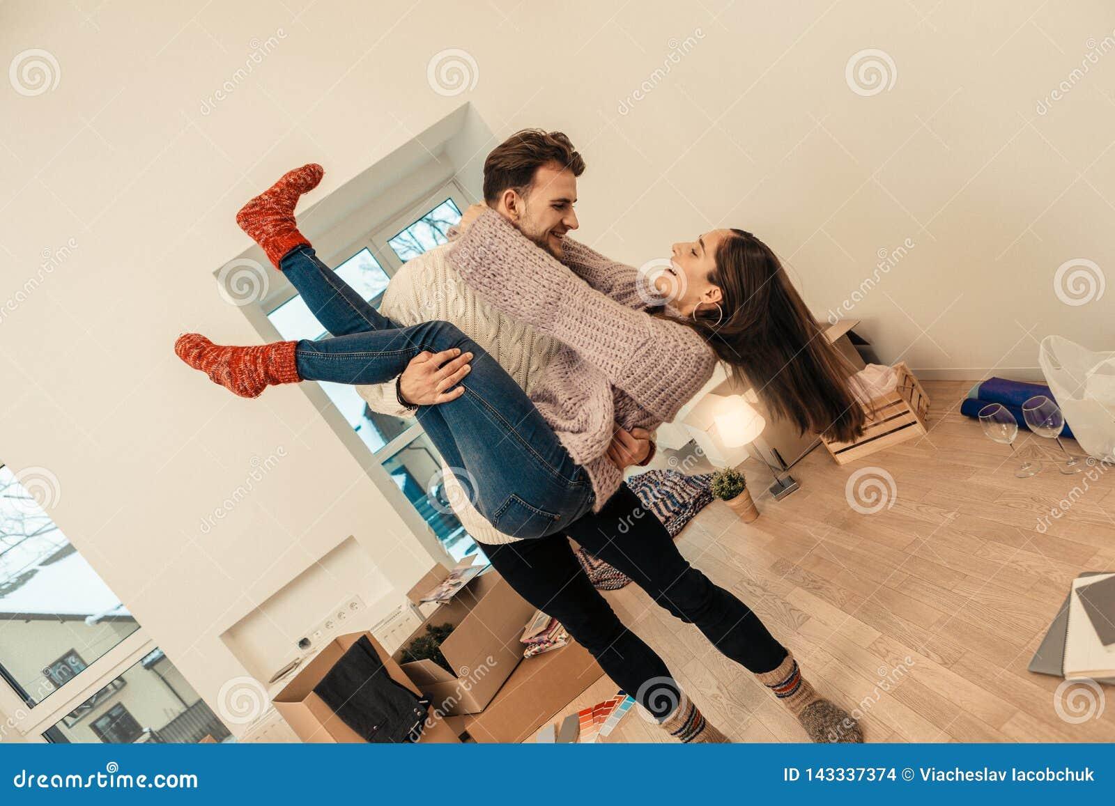 Verbinden Sie Tanzen und Haben vielen Spaßes beim Feiern einziehen