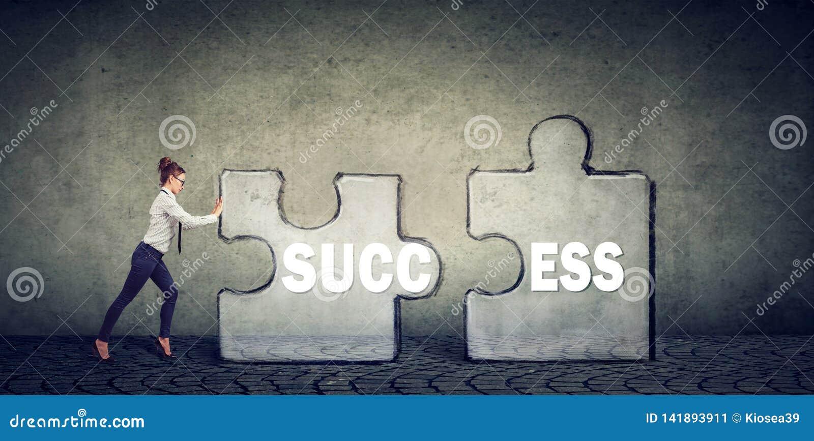 Verbindungselemente der Geschäftsfrau des Erfolgspuzzlespiels