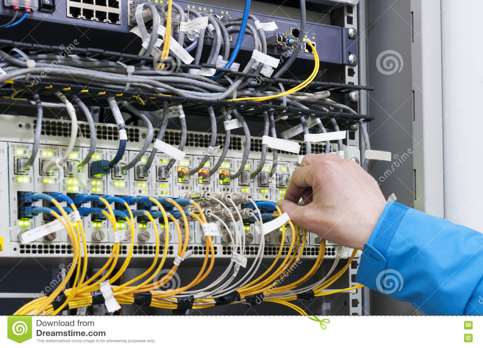 Verbindungsnetzkabel des Mannes zu den Schaltern