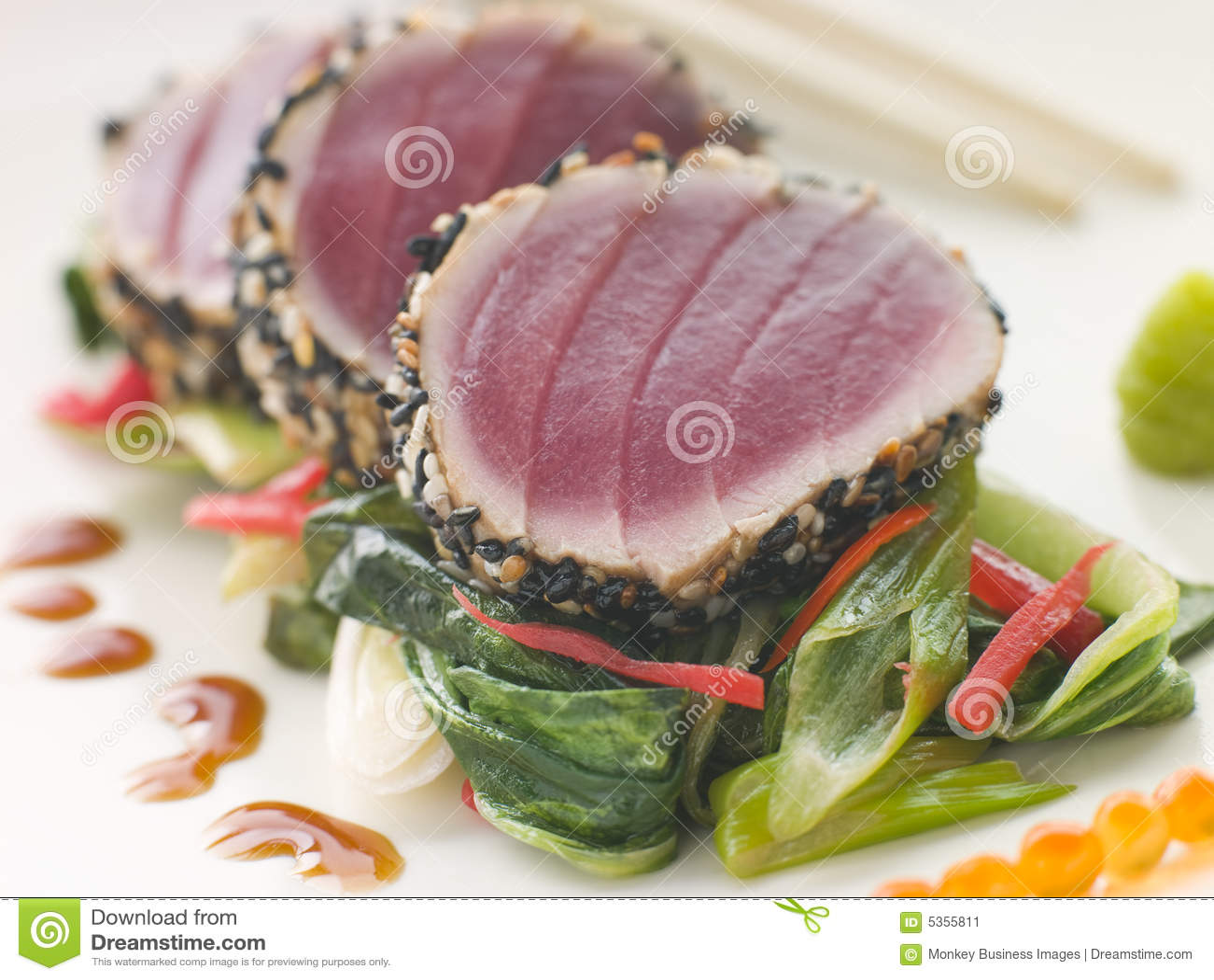 Verbrannter gelber Flosse-Thunfisch mit Sesam-Startwert- für Zufallsgeneratorbonbon Frei