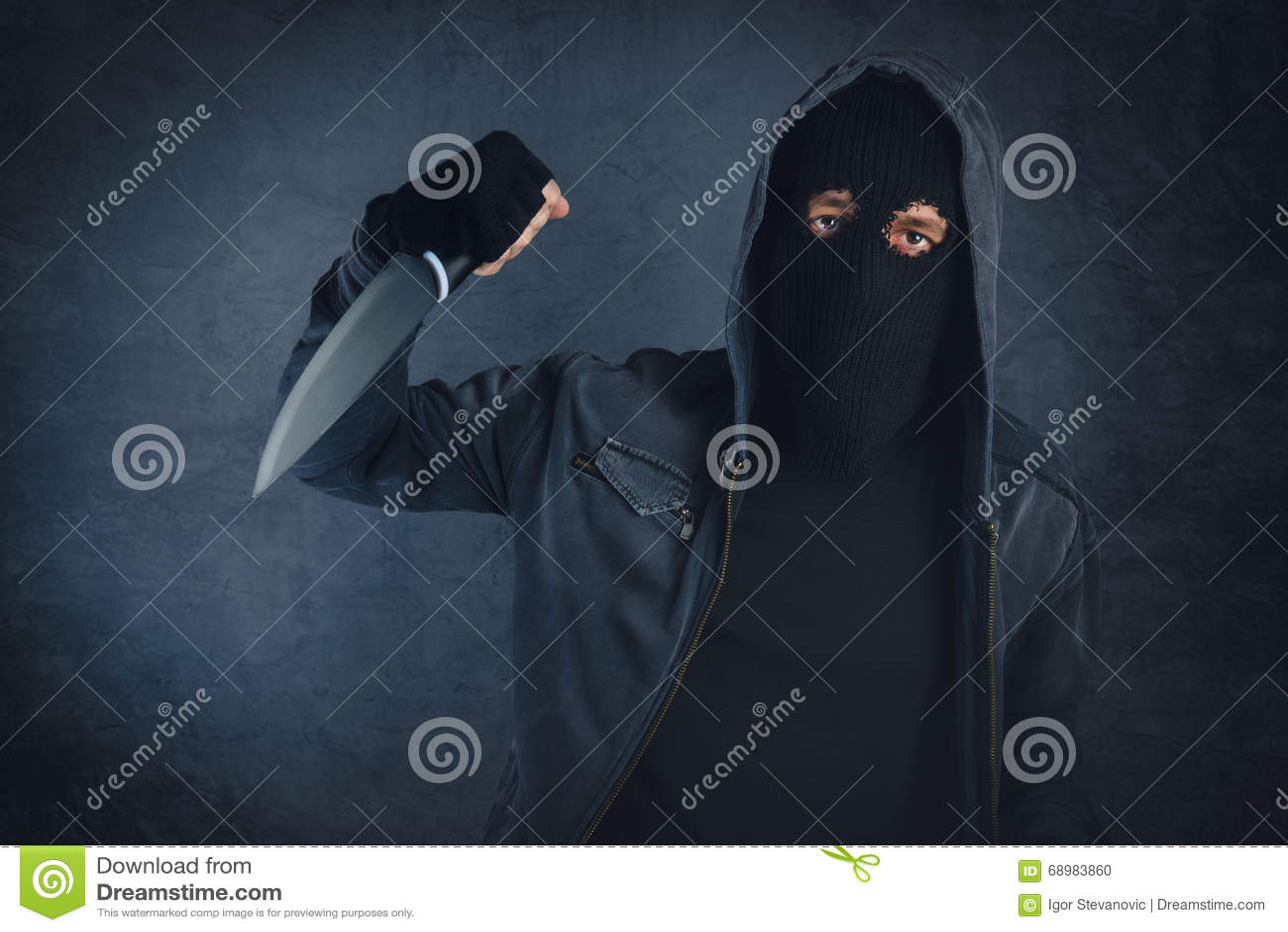 Verbrecher mit dem scharfen threating Messer, der Gesichtspunkt des Opfers
