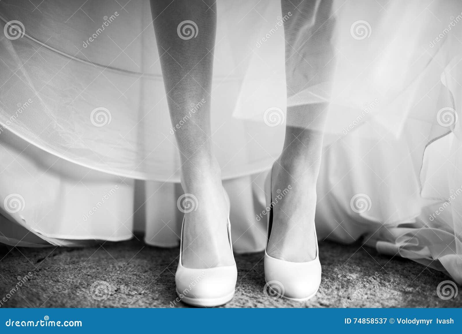 Gemütlich Weißen Schuhe Für Hochzeitskleid Galerie - Hochzeit Kleid ...