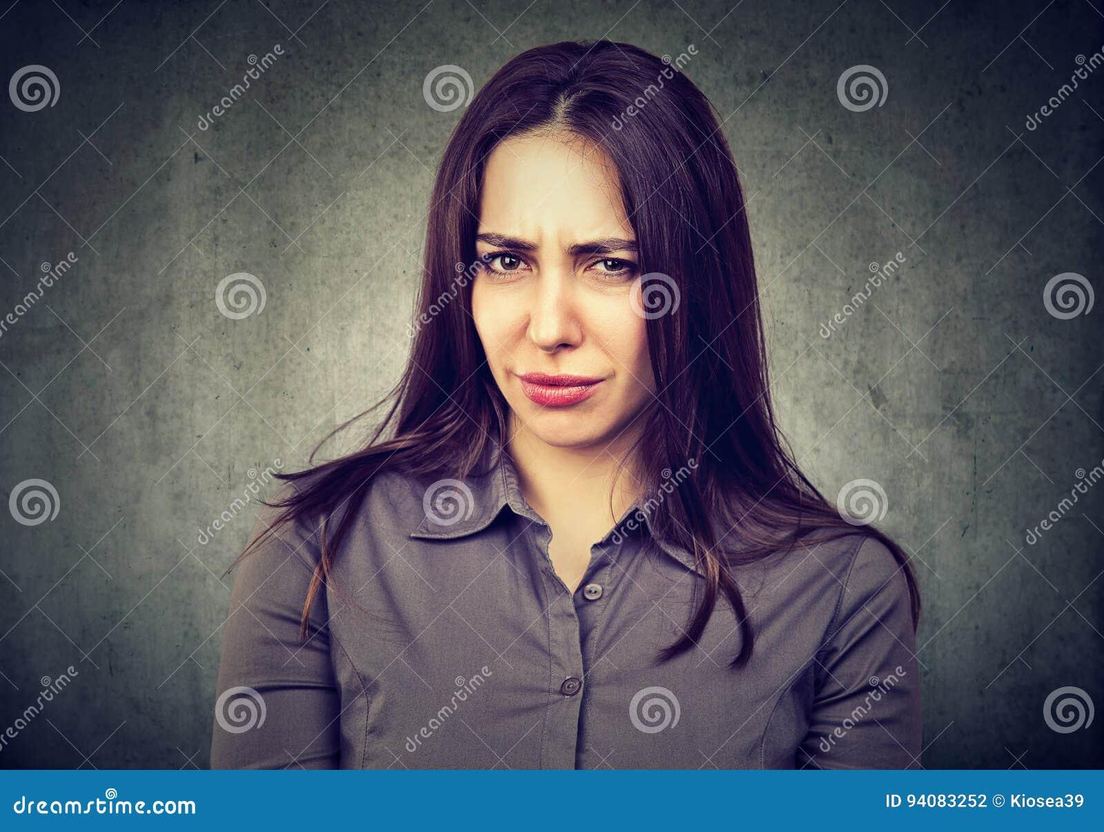 Verdachte twijfelachtige jonge vrouw