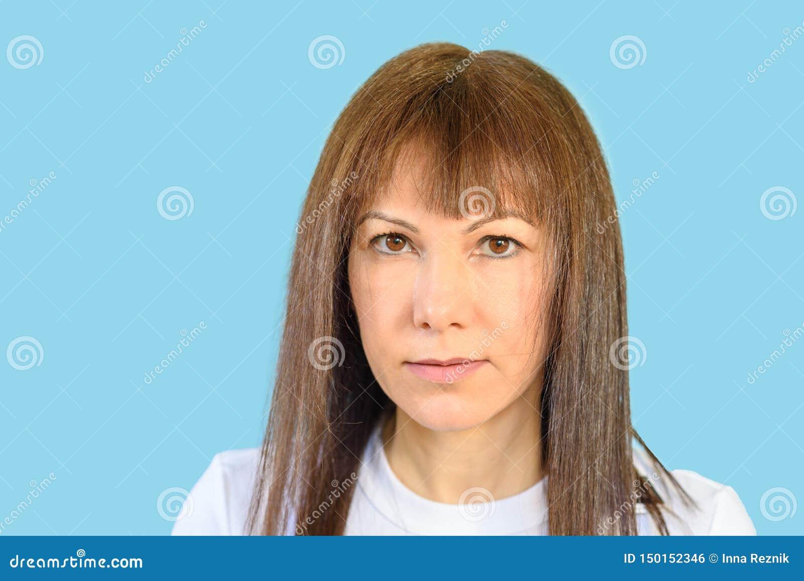 Verdachte vrouw, sceptische uitdrukking