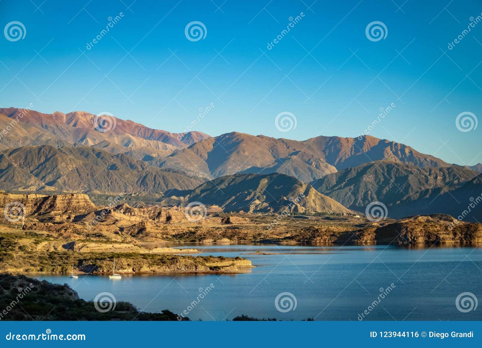 Verdammung Embalse Potrerillos nahe Kordilleren-De Los Anden - Mendoza-Provinz, Argentinien