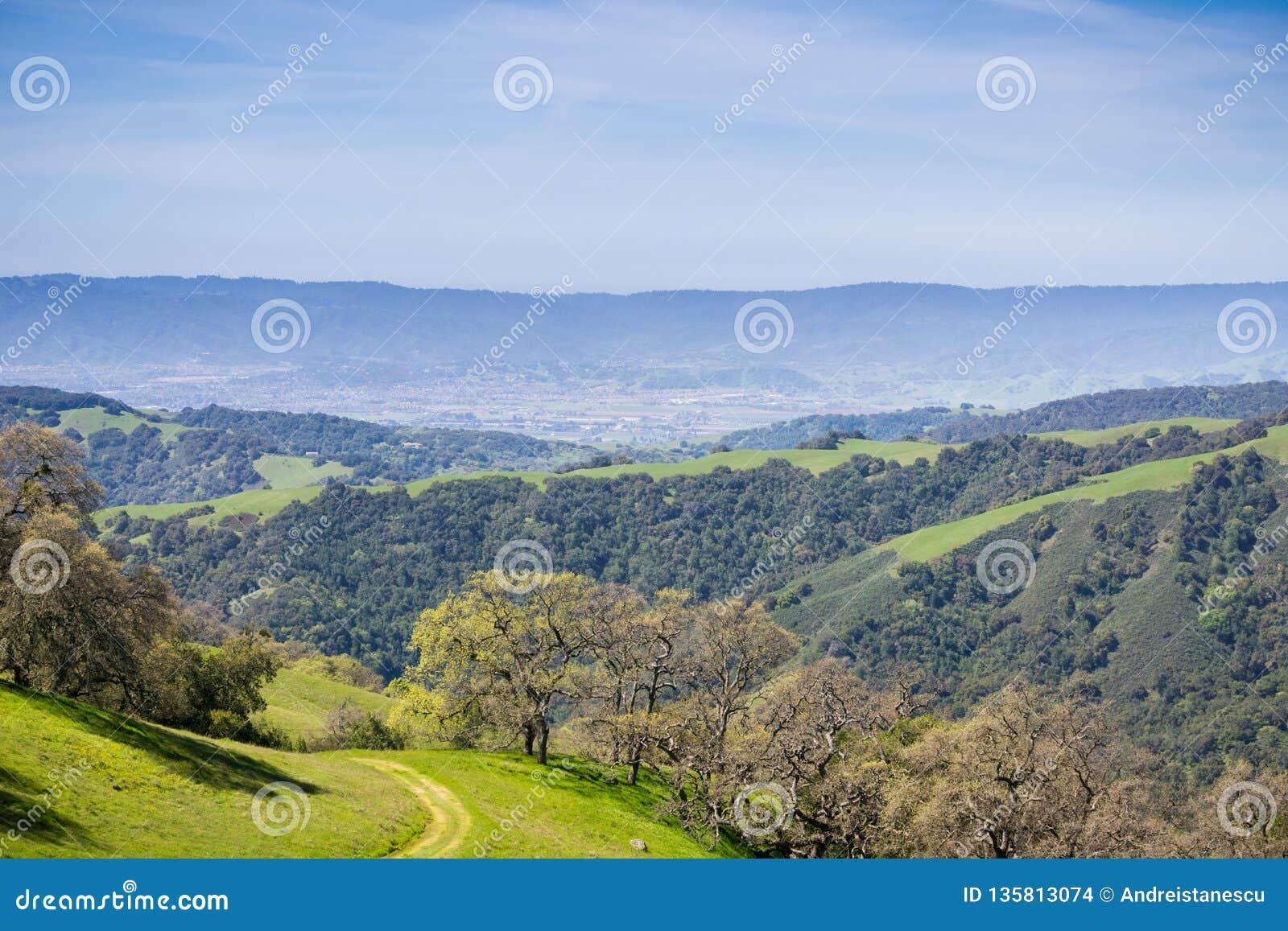 Verdant λόφοι και κοιλάδες στο Henry W Κρατικό πάρκο Coe, άποψη προς το Hill του Morgan και SAN Martin, Καλιφόρνια