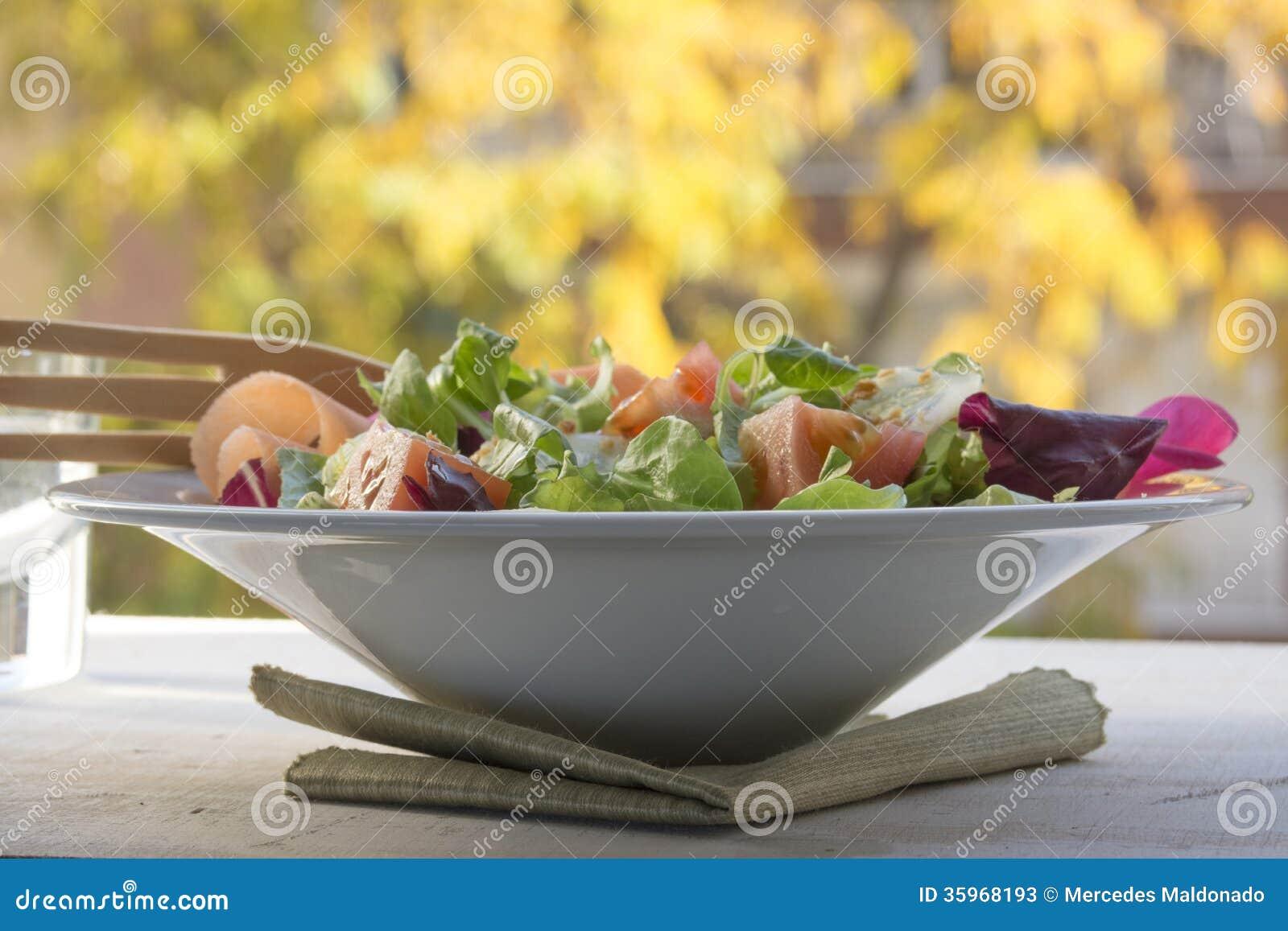 Verdes frescos de la ensalada, fondo del otoño