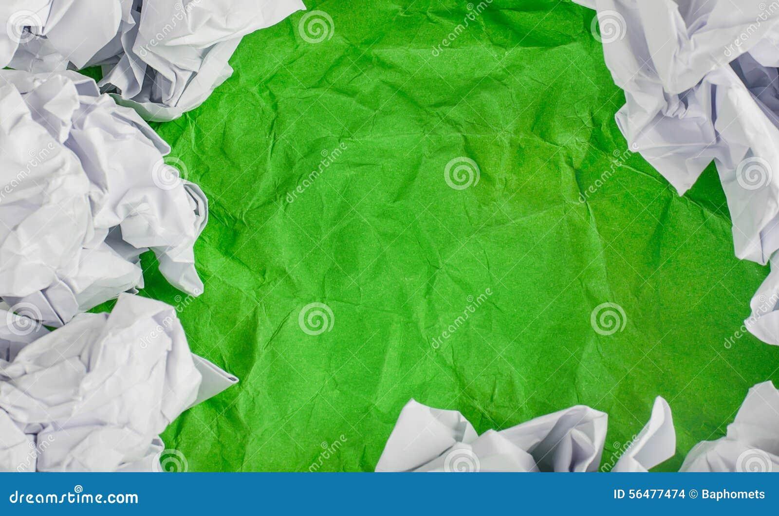 Verdissez le fond de papier chiffonné avec la boule de papier chiffonnée