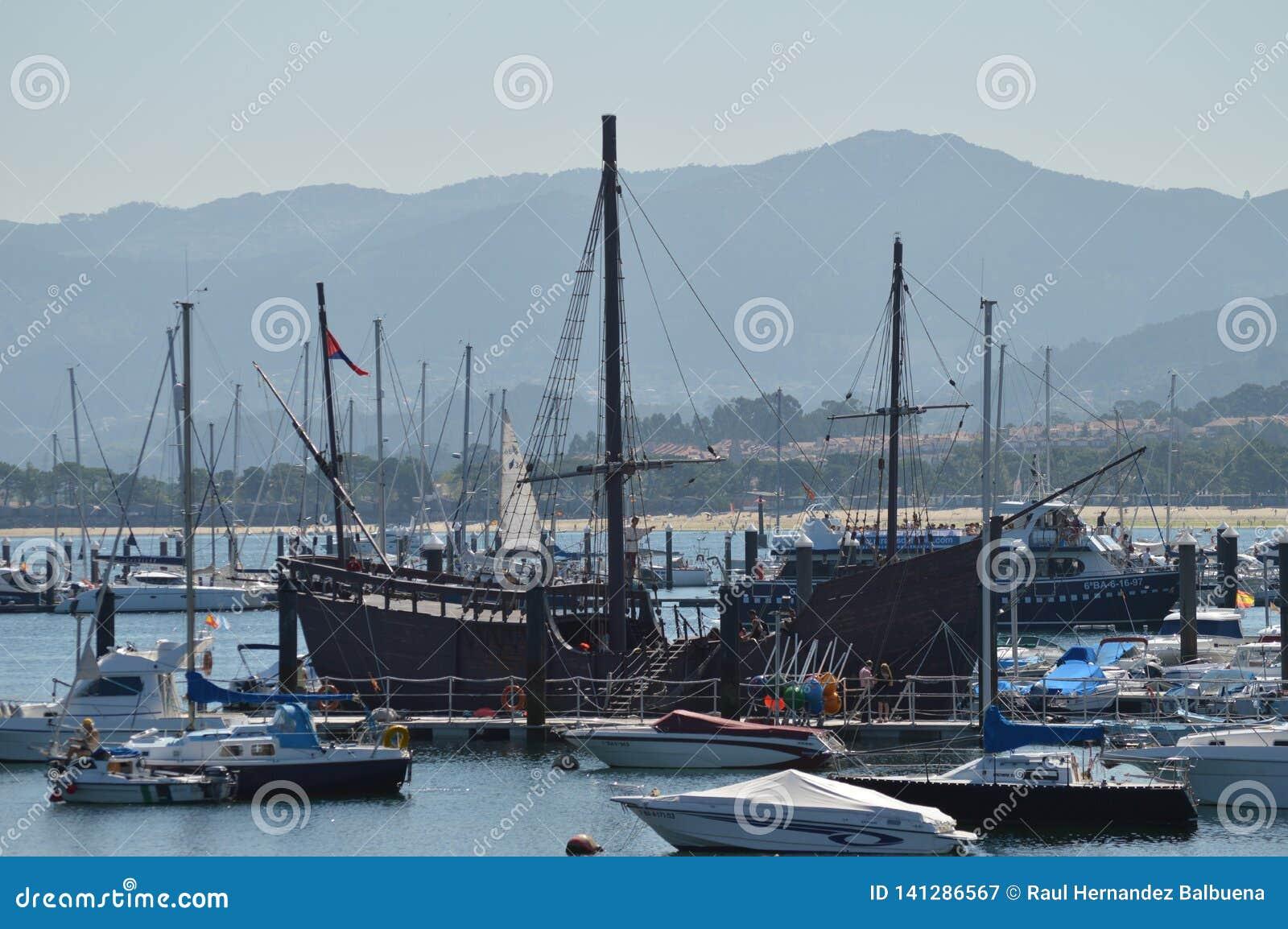 Verdoppelung von La Pinta eins des Caravels mit welchem Doppelpunkt entdeckten Amerika in Marina In Bayonne Natur, Architektur,