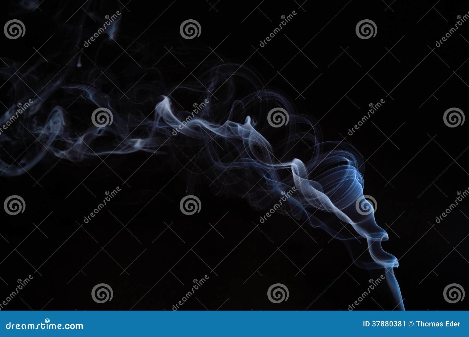 Verdraaide rook op zwarte