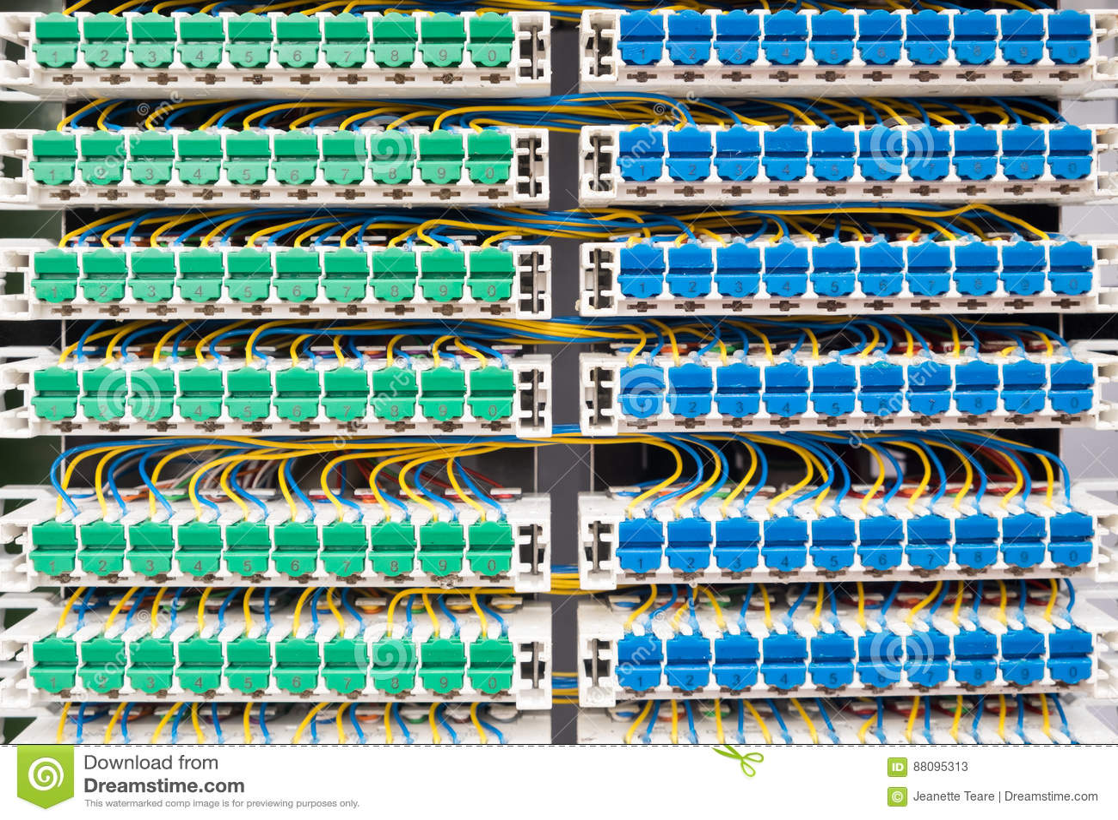 Verdrahtung Im Breitbandkabinett Stockbild - Bild von breitband ...