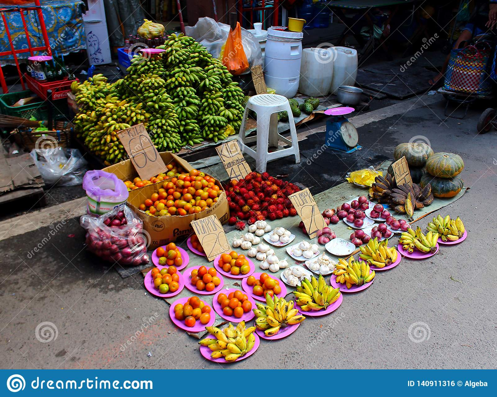 Verdura del surtido en un mercado callejero