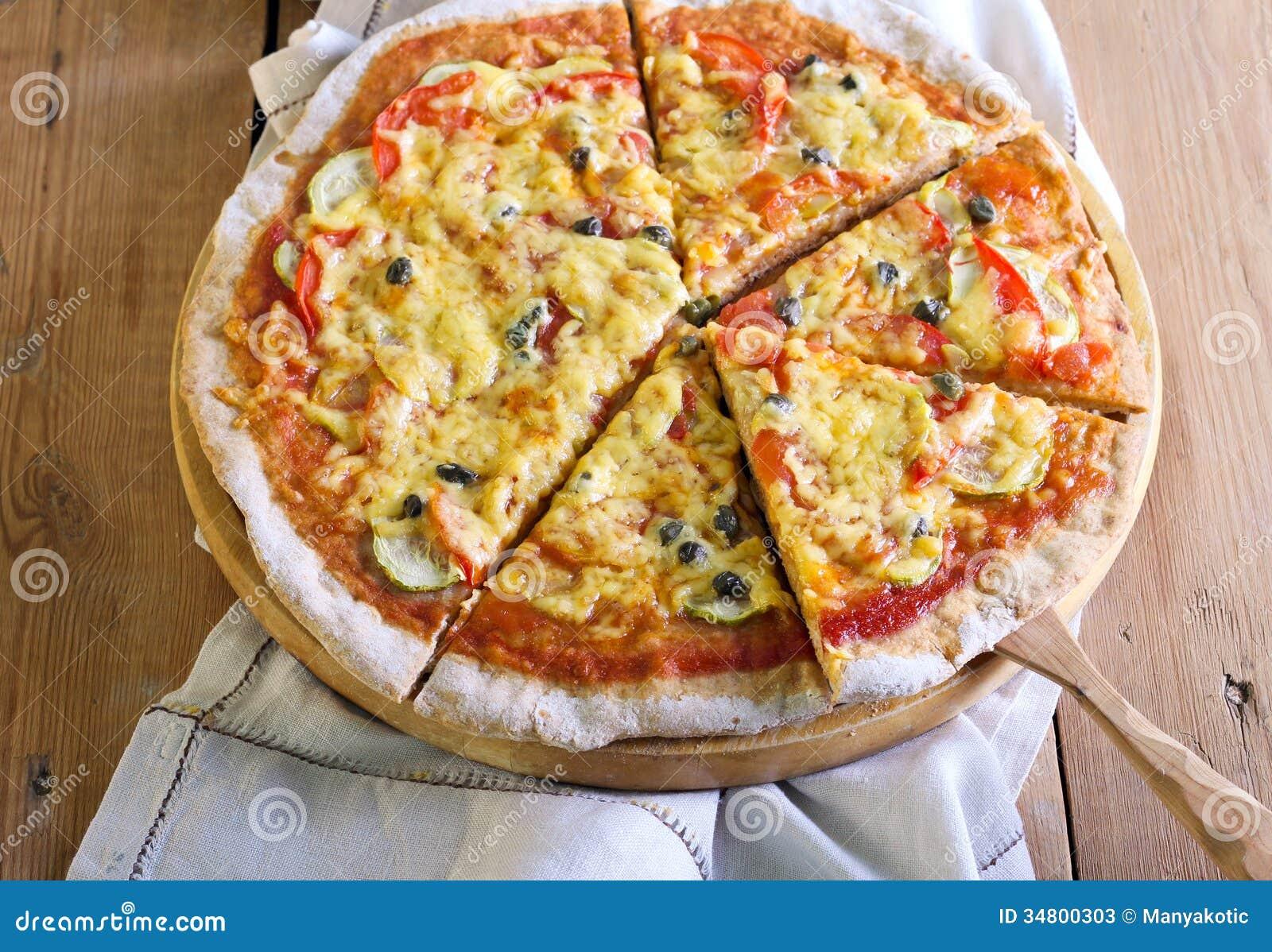 Verdura e pizza dei capperi