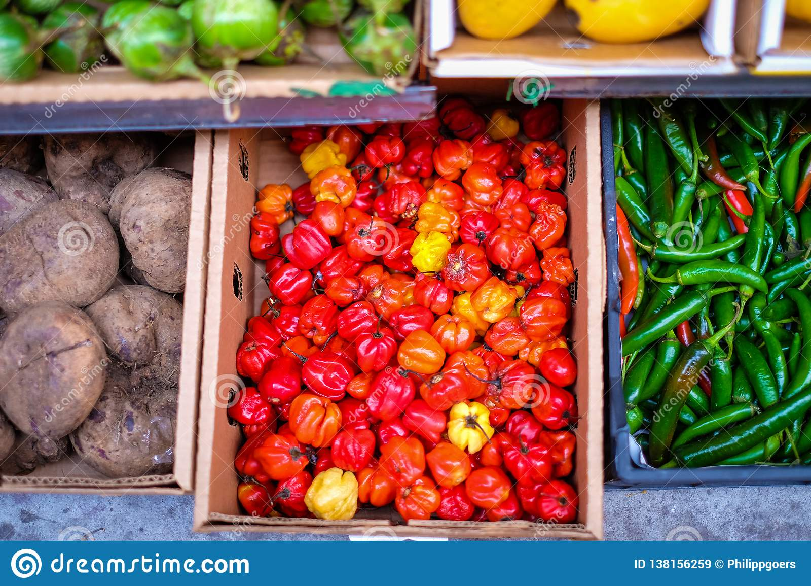 Verduras coloridas en un supermercado vietnamita