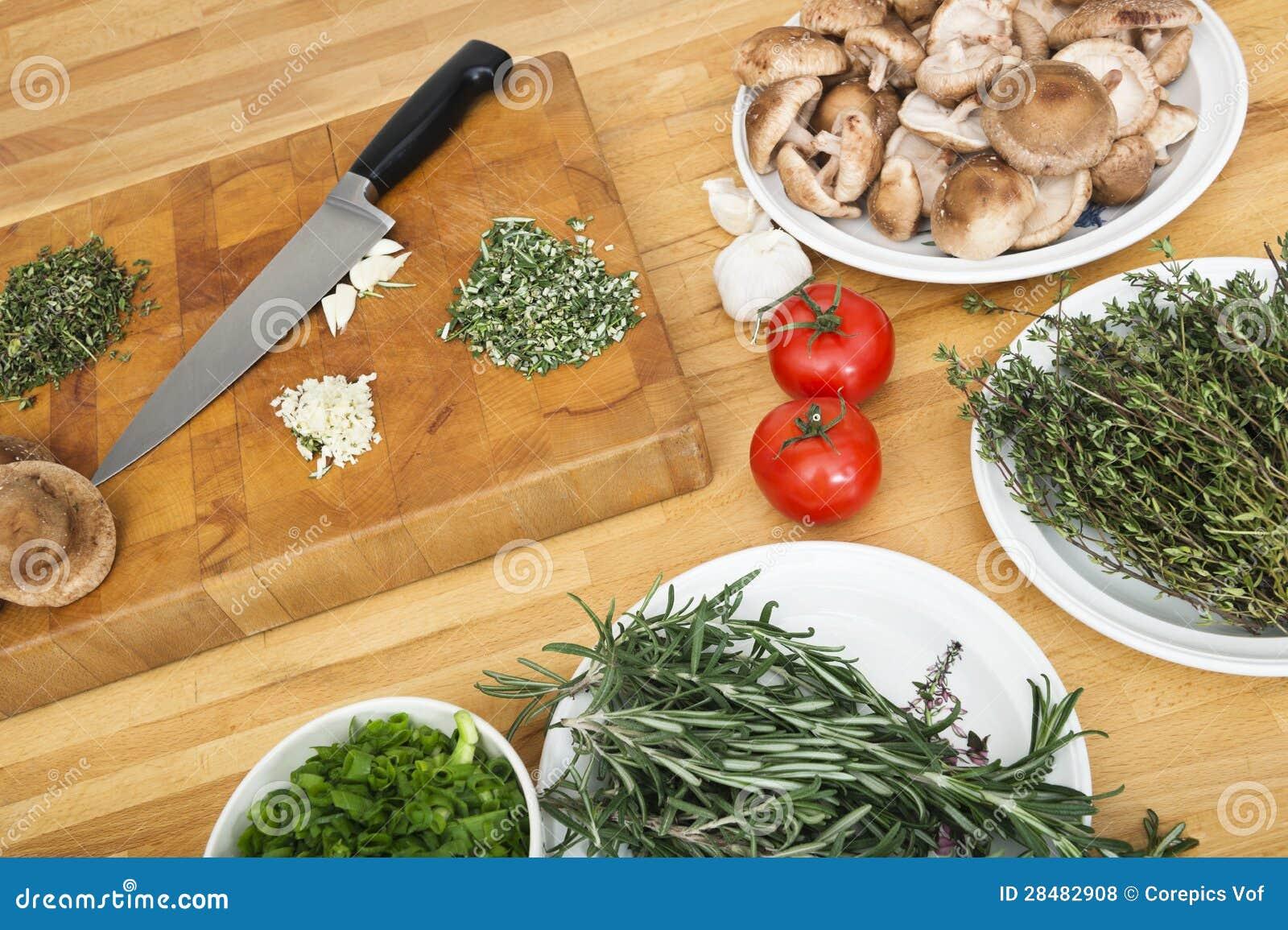 Verduras con la tajadera y el cuchillo en contador