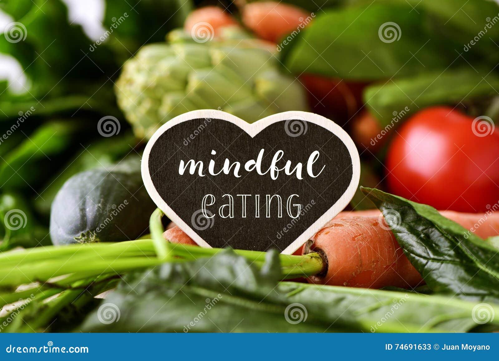 Verduras crudas y consumición atenta del texto